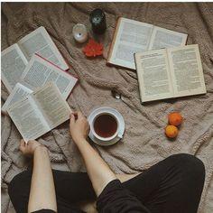 """Извините что долго не выкладывал фото,просто с головой ушла в чтение. Дочитывала книгу Джона Грина """"Бумажные города"""". Это прекрасная книга,в ней все,что я люблю:путешествия,загадки,любовь,ну и конечно же смешные моменты. Из в книге действительно очень много и над многими я просто смеялась в голос. Так же эта книга меняет отношения к людям,потому что там есть много правильных фраз. Я могу много писать об этой книги,но не думаю что стоит. Если вас это заинтересовало,вы легко можете открыть в…"""