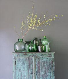 Symmetrische compositie Een symmetrische compositie wordt gekenmerkt door een verticale en horizontale denkbeeldige as still life - green bottles - vases - groen stilleven