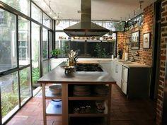 Área de lazer para curtir com os amigos: churrasqueira! Para garantir a iluminação e integração com a natureza foram utilizadas portas de vidro.