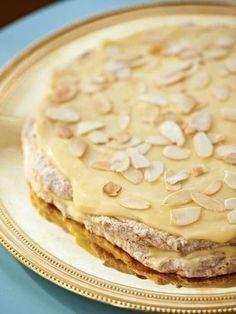 Ljuvligt len smörkräm med marängbottnar med malda mandlar. Att mandeltårtan är en storsäljare på kaféet är lätt att förstå.