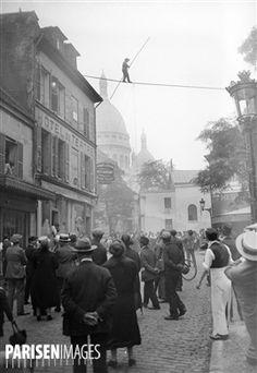 Equilibriste à Montmartre (Paris), vers 1930.
