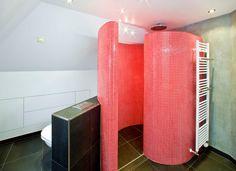 Badkamer met op maat gemaakte ronde slakkenhuis douche
