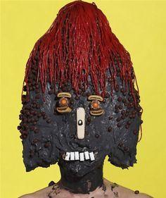 """艺术家用甜点创造怪物:抗议垃圾食品泛滥英国35岁艺术家詹姆斯·奥斯特勒(James Ostrer)为了抗议垃圾食品泛滥,利用垃圾食物创造出许多令人感到恐怖的怪物形象。奥斯特勒将糖果、薯片、火腿肠以及番茄酱等不健康快餐食品涂抹在模特身上,把他们变成""""食品怪物""""。在他的作品中,法兰克福香肠和甜筒变成了恶魔角、薯条成了头发、番茄酱成了眼泪,一个�"""