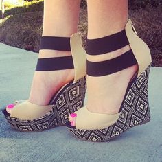 Geometric print wedges & a cute pedi