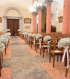 Création Au delà d'une fleur pour un mariage tout en douceur avecVV des bouquets de gypsophile très aérien accroché aux bouts de bancs Décoration église - Décoration de blancs - Gypsophile fleuriste lyon