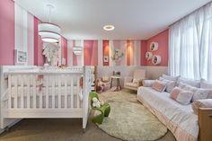 Quarto de bebê rosa com móveis brancos. Delicadeza na composição do ambiente!