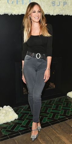 Sarah Jessica Parker took a simple pair of gray jeans and a black top to the next level with a shimmering belt and crystal-embellished heels from her collaboration with Gilt. Girl Outfits, Casual Outfits, Fashion Outfits, Carrie Bradshaw Style, Celebrity Look, Ikon, Casual Chic, Black Tops, Girl Fashion
