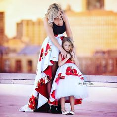 Fancy dresses Mom& daughter in one style - photo ideas of beautiful images Mother Daughter Matching Outfits, Mother Daughter Fashion, Mommy And Me Outfits, Mom Daughter, Matching Family Outfits, Kids Outfits, Mother Daughters, Mom Dress, Baby Dress