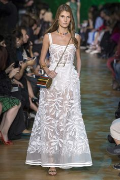 The complete Elie Saab Spring 2018 Ready-to-Wear fashion show now on Vogue Runway. Style Couture, Couture Fashion, Runway Fashion, Fashion Show, Fall Fashion, Fashion Beauty, Elie Saab Couture, Couture Dresses, Fashion Dresses