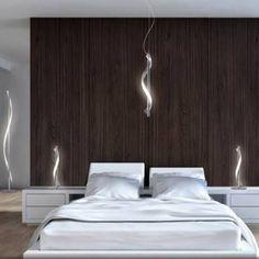Dormitorio iluminado con colgante LED de diseño moderno y bonito acabado. Estructura recta con con banda luminosa led que la envuelve consiguiendo un original efecto de luz vertical suspendido. Acabado en color cromo. Perfecto para iluminar dormitorios y salones decorados de estilo moderno y actual. Altura regulable.