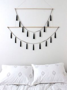 Nate Berkus Interiors How To Decorate With Tassels (scheduled via www.tailwindap… Nate Berkus Interiors So dekorieren Sie mit Quasten (geplant. Wall Hanging Crafts, Yarn Wall Hanging, Diy Wall Art, Wall Hangings, Diy Hanging, Nate Berkus, Inexpensive Home Decor, Easy Home Decor, Diy Décoration