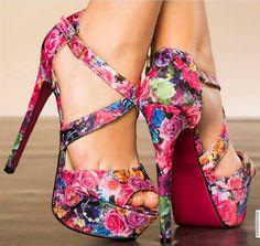 DE RETOUR EN STOCK !! 32.99 euros. Escarpins en tissu impression motifs floraux. Brides croisées sur cou-de-pied. Bride de cheville à boucle réglable. Plateforme avant : 4.5 cm. Talon recouvert assorti. Semelle extérieure à rainures antidérapantes. http://www.modatoi.com/boutique/fiche_produit.cfm?ref=C1730-39&code_lg=lg_fr&affilie=RALDWE