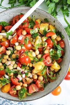 Knuspriger Kichererbsen-Tomaten-Salat Rezept (vegan + glutenfrei) Crunchy chickpea and tomato salad recipe with cumin and parsley (vegan + gluten-free) für das Abendessen Healthy Dinner Recipes, Vegetarian Recipes, Snacks Recipes, Vegan Vegetarian, Easy Recipes, Snacks Ideas, Healthy Lunches, Dog Recipes, Easy Snacks