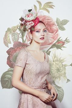 Celebrating Chelsea Flower Show week with an RTM favourite, our small silk taffeta pillbox with toned hand dyed and handmade roses. Mad Hatter Top Hat, Rachel Trevor Morgan, Mother Of The Bride Hats, Spring Hats, Races Fashion, Kentucky Derby Hats, Silk Taffeta, Chelsea Flower Show, Creative Hairstyles