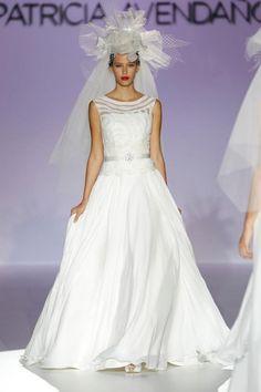 Vestido de novia elegante con encaje, detalle en la cintura y tocado con inspiración retro - Foto Patricia Avendaño