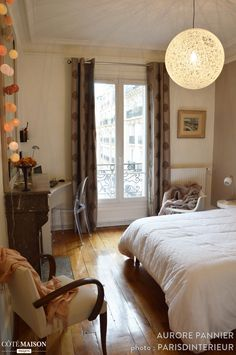 Chambre à coucher douce, avec une lumière tamisée. Lampe en forme de sphère.