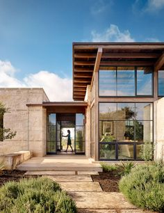 This Texas Hill Country Home alludes to the .-Dieses Texas Hill Country Home gibt eine Anspielung auf die Vergangenheit – Dress Models - Texas Hill Country, Hill Country Homes, Country Style, Lake Flato, Architecture Résidentielle, Architecture Websites, Architect Design, Modern House Design, Glass House Design