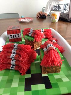 Traktatie Ben 10 jaar Ben 10, Little Boys, Stuff To Do, Birthdays, Cupcakes, Gift Wrapping, Party, Ted, Desserts