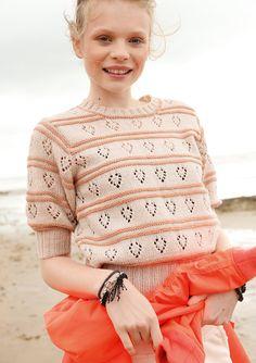 Diesen puderfarbenen Pulli ziert ein elegantes Muster aus Lochmuster-Streifen und Querrippen im Wechsel. Er ist ein echtes Glanzstück für das besondere Outfit im Frühling. Das edle Garn des Pullis ist aus Schurwolle und Kaschmir....