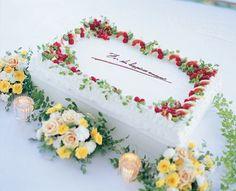 new Ideas for fruit cake wedding strawberries Fruit Wedding Cake, Diy Wedding Cake, Krispy Kreme, Cake Decorated With Fruit, Wedding Cake Table Decorations, Strawberry Sweets, Wedding Strawberries, Macaroon Cake, Cake Decorating For Beginners