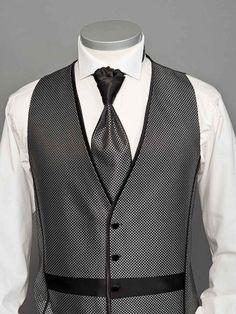 Hochzeitsweste No. 13a 3-teiligesWesten-Set: Hochzeitsweste in der Farbe Grau mit auffälligem Karo-Muster, schwarzem Satin-Querstreifen und schwarzen Satin-Paspeln an den vorderen Nähten.