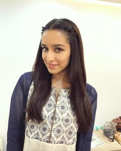 Pics of Shraddha Kapoor Check out photos of Shraddha Kapoor's hairstyle will inspire you to change yours. Trendy Hairstyles, Girl Hairstyles, Hairdos, Bollywood Celebrities, Bollywood Actress, Sraddha Kapoor, Ranbir Kapoor, Shraddha Kapoor Cute, Half Girlfriend