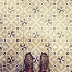 Tentando lidar com a beleza destes sapatos. ✨  #ihavethisthingwithtiles #ihavethisthingwithfloors #instapavement #fatwproject #tiles #tileaddiction#fromwhereistand #fwis #selfeet #travellingfeet #ipisadela #chaoqueeupiso #pisoseruas #curitiba