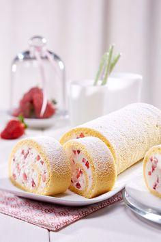 Erdbeer-Quark-Rolle Eine fruchtige Biskuitrolle mit Erdbeeren und Quark No Bake Desserts, Delicious Desserts, Yummy Food, Cheesecakes, Cocktail Desserts, Yogurt, My Best Recipe, Specialty Cakes, Strawberry Recipes