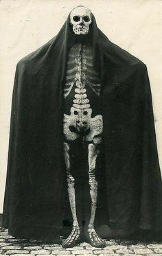 German skeleton costume circa 1915 vintage halloween photo for costumes Retro Halloween, Halloween Fotos, Vintage Halloween Photos, Halloween Images, Halloween Horror, Costume Halloween, Vintage Photos, Skeleton Costumes, Halloween Ideas
