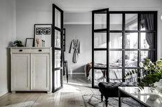 Szklana ściana ze szprosami. Dekoracja i rozdzielenie przestrzeni. - Prosto z wnętrza