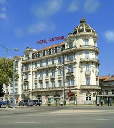The Astória Hotel in the centre of Coimbra has four stars and belongs to the Hotéis Alexandre Almeida. This Baroque building is considered one of the architectural symbols of the city.