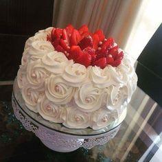 Roses with strawberry cake design Pretty Cakes, Beautiful Cakes, Amazing Cakes, Cake Decorating Techniques, Cake Decorating Tips, Cake Icing, Buttercream Cake, Cake Cookies, Cupcake Cakes