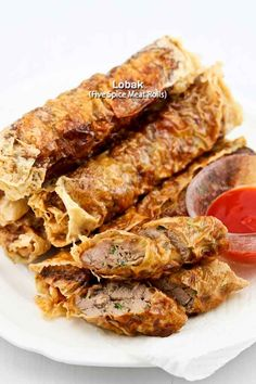 These super yummy Lobak (Five-Spice Meat Rolls) are made with beancurd sheets, pork tenderloin, and spices. They are deliciously crispy on the outside and tender on the inside. Also very easy to prepare. Indian Food Recipes, Asian Recipes, Ethnic Recipes, Dim Sum, Pork Recipes, Cooking Recipes, Cooking Tips, Sushi, Minced Meat Recipe