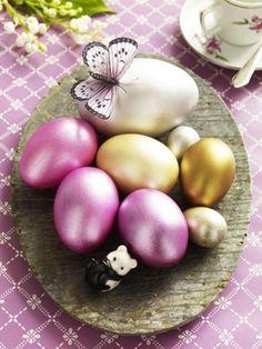Wir zeigen Ihnen, wie wunderschön Sie Ostereier bemalen können: Mit Punkten, Streifen und Ornamenten.