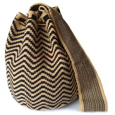 How beautiful is this bag?! The best FairTrade Wayuu brand I've found. Will definitely have to buy a Wayuu bag soon! #Wayuubags #mochilabag #crochetbag #colombianbag