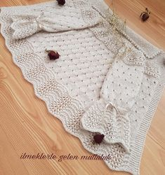 No photo description available. Baby Cardigan, Cardigan Bebe, Baby Pullover, Crochet Hooded Scarf, Crochet Baby Jacket, Sweater Knitting Patterns, Lace Knitting, Knitting For Kids, Crochet For Kids