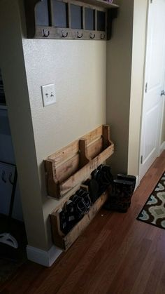 37 Affordable DIY Pallet Project For Storage Space Saving Ideas - Dekoration Ideen Space Saving Shoe Rack, Diy Shoe Rack, Shoe Rack Pallet, Diy Rack, Shoe Rack For Small Closet, Rustic Shoe Rack, Shoe Rack Closet, Wood Shoe Rack, Palette Diy