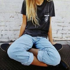Perfect casual look: thrifted t and boyfriend jeans. Jeans are loose fitting as is the t-shirt. Nice and casual Looks Street Style, Looks Style, Style Me, Skater Girl Style, Surf Girl Style, Outfit Chic, Comfy Outfit, Casual Outfits, Cute Outfits