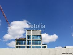 Moderner Neubau eines Bürohaus hinter einer hellgrauen Mauer aus Beton am Hafen in Münster in Westfalen im Münsterland