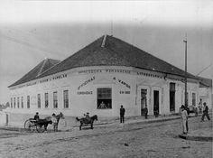 Rua Riachuelo em 1909. Em primeiro plano, a sede da Impressora Paranaense, na esquina da Rua do Serrito, atual Carlos Cavalcanti.