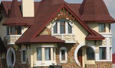 Для нового строительства применяются фасадные профили. С их помощью расставляются акценты и подчеркиваются некоторые элементы архитектуры фасада. Двухэтажный дом с мансардной крышей облицован декор...