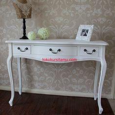 Meja Konsul Laci 3 Putih G-10SMA terbuat dari material kayu mahoni terdapat 3 laci yang kami sempurnakan dengan finishing cat duco putih.