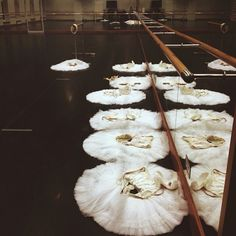 Hypnotic and elegant to watch, ballet is a fascinating art that many of us enjoy watching. Russian dancer Darian Volkova gives us the possibility to. Ballet Theater, Ballet Class, Dance Class, Ballet Dancers, Ballerinas, Grands Ballets Canadiens, Alonzo King, Astrology Tumblr, Ballet Photos