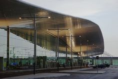 Glazed curtain wall + connection with curve roof - Aeropuerto de Barcelona