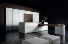 Kücheneinrichtung in Weiß mit passenden Sitzmöbeln