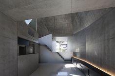 ABIKO of fuse-atelier | Wat ik mooi vind: ik hou er wel van als het robuust is en een beetje desorienterend. Ik vind ook het licht interessant. En de combinatie van het beton met steriel witte muren.
