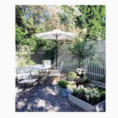 Favvohörnan, sol och bubbelvin på trädgårdsbordet!