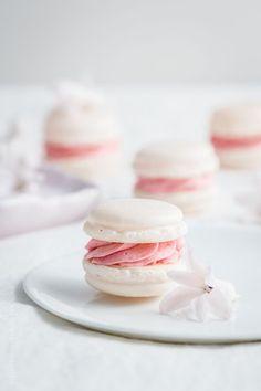 italian macarons with raspberry french buttercream//