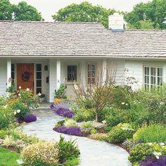 ogród kwiatowy przed domem