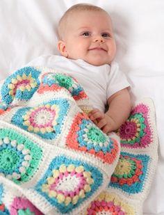 Gratis hækle- og strikkeopskrifter | Babytæppe hæklet af bedstes firkanter | Farverigt babytæppe | Hæklet tæppe du selv kan lave | Babytæppe vil pynte i barnevogn eller seng | Håndarbejde